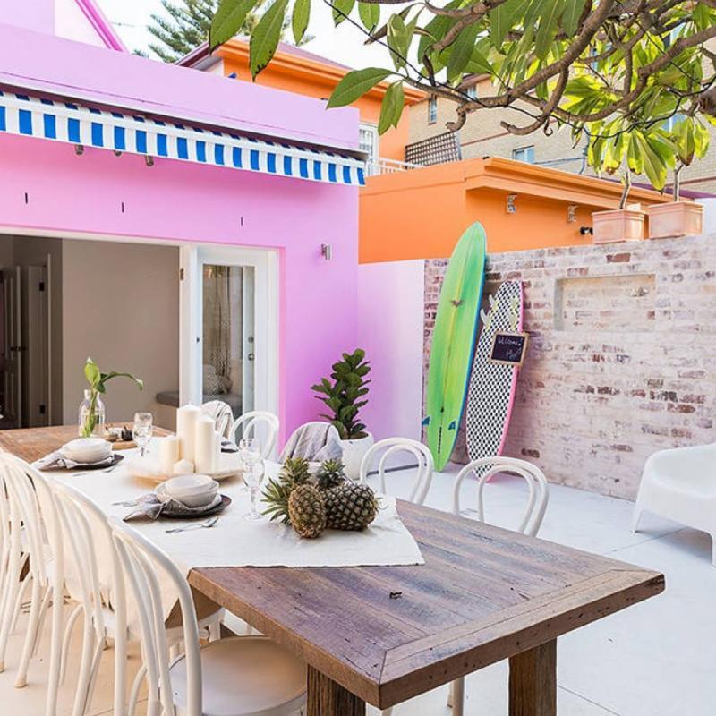 Située à seulement 80 mètres de l'emblématique plage de Bondi, cette maisonnette rose à la literie digne d'un hôtel cinq étoiles est l'endroit rêvé pour une lune de miel.