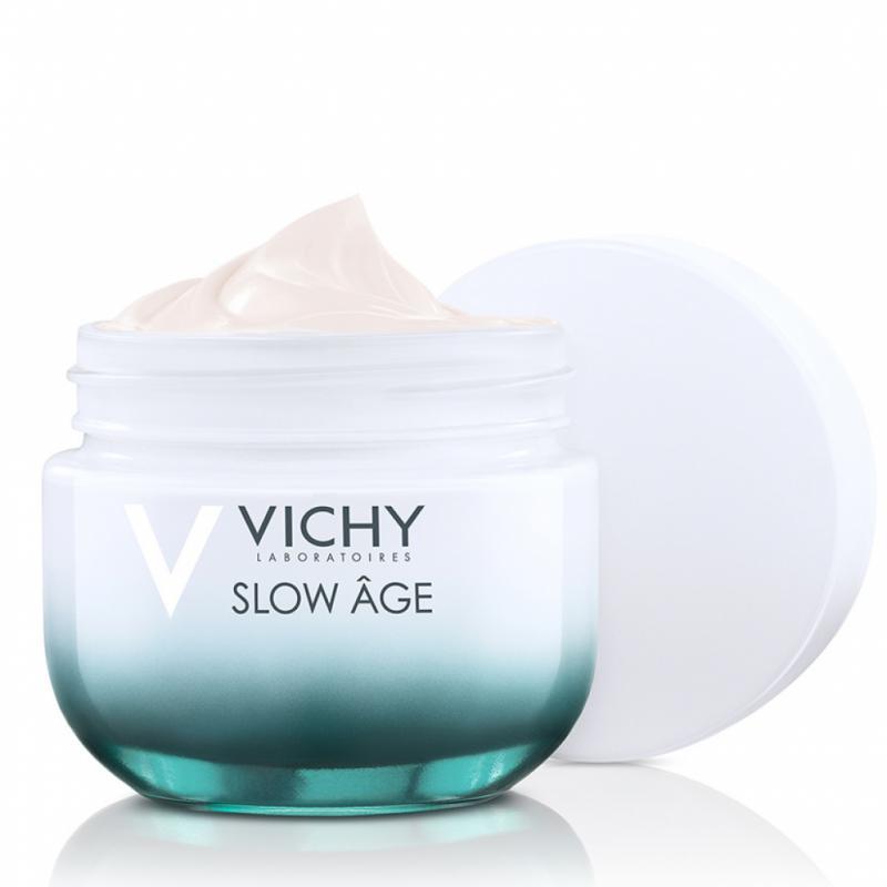 La beauté via une peau en bonne santé, c'est la stratégie Slow Age de Vichy. Une formulation vraiment simple pour ralentir le processus du vieillissement cutané: antioxydants, probiotiques, filtres UV. 31,55€ les 50ml.