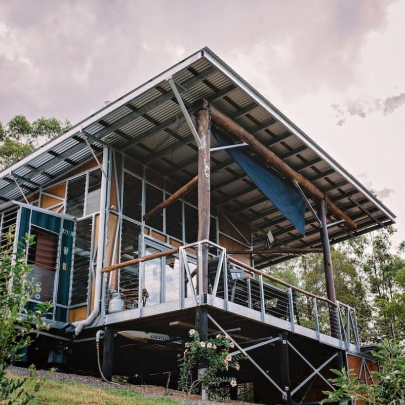 Prélassez-vous sur la terrasse à l'abri des regards indiscrets et du soleil, et profitez d'un moment paisible dans cette cabane on ne peut plus luxueuse.