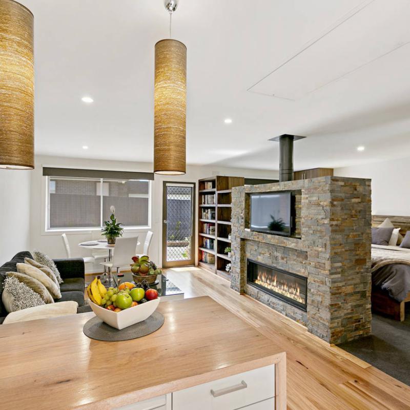 Ce studio sophistiqué, luxueux et romantique au spa intérieur et extérieur avec cheminée à foyer ouvert invite à la détente et à la relaxation. Une agréable parenthèse dans notre quotidien.