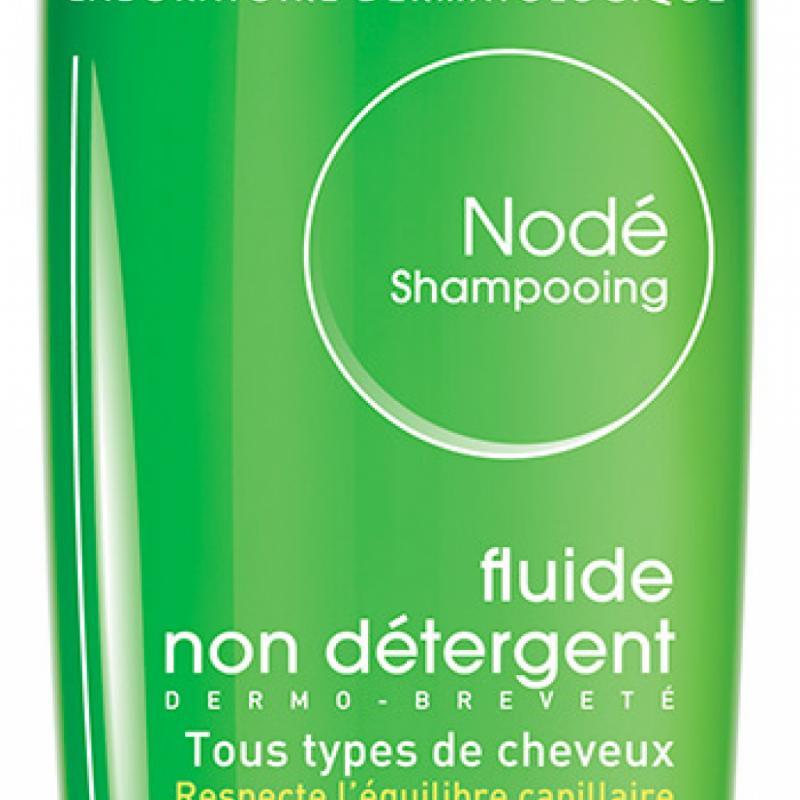 Nodé Shampooing Bioderma. Aussi fluide qu'une eau micellaire, il mousse en douceur depuis 40ans. Sa formule a lancé le principe de la non détergence qui respecte le cuir chevelu. 10,10€ les 200ml.