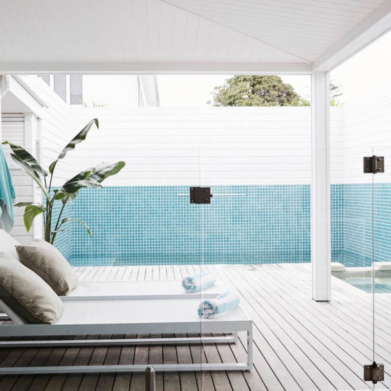 Situé dans la baie de Byron, ce luxueux cottage à deux pas de la plage dispose de trois chambres, de deux salles de bain, d'une magnifique piscine d'eau salée, d'un spa chauffé... Idéal pour passer un séjour détente et romantique à la mer.