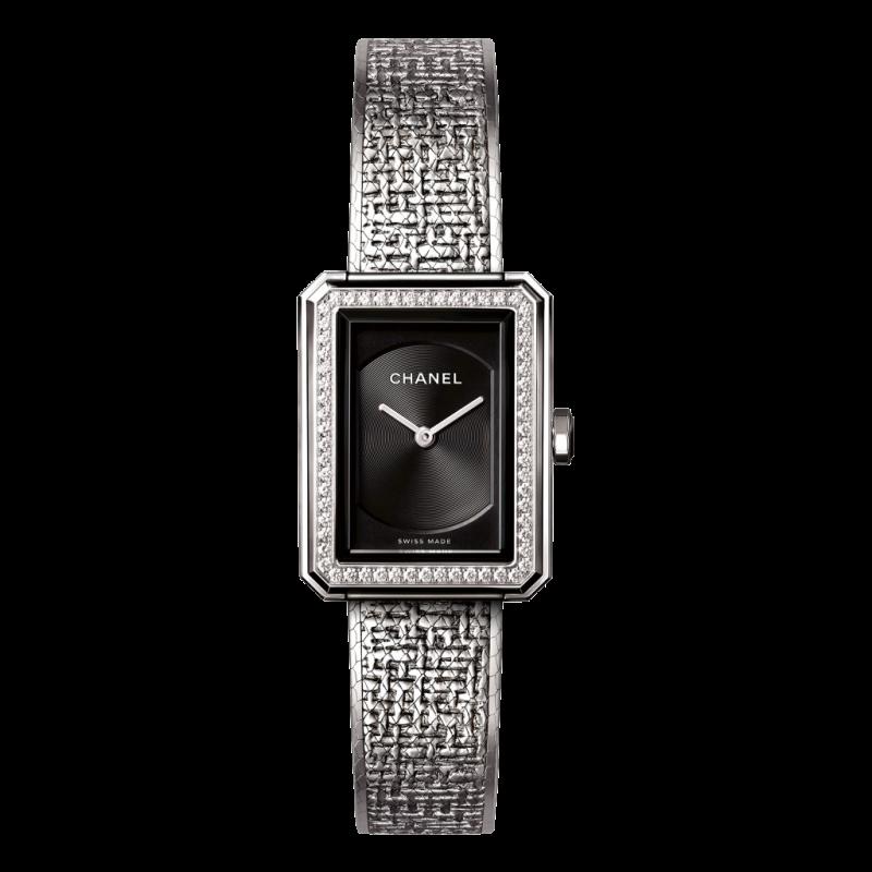 """Chanel poursuit son exploration du masculin-féminin avec la montre Boy-Friend (comme son parfum Boy qui explore aussi les limites du genre). La montre porte en elle l'art de twister les éléments du vestiaire masculin, si cher à Gabrielle Chanel. Lancée en 2015 en deux formats – 37x 28,6mm dotée d'un mouvement mécanique à remontage manuel et d'un compteur petite seconde à 6h, et 34,6 x 26,7mm à quartz et munie d'un compteur date à 6h –, la montre se décline en or blanc ou beige, avec ou sans diamants sur la lunette.<em>Boy-Friend, Chanel, en acier, disponible à partir de septembre,àpd 4 250€ pour le petit modèle sans diamants, en vente dans les boutiques Chanel, <a href=""""http://www.chanel.com"""">www.chanel.com</a></em>"""