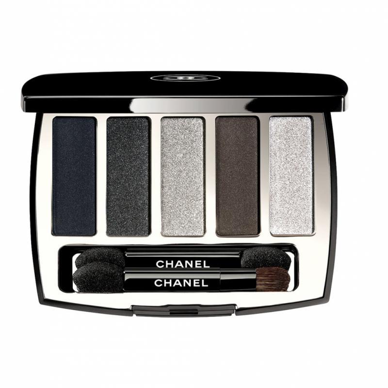 Chez Chanel, Lucia Pica s'est inspirée des matériaux urbains –verre, métal et caoutchouc– pour créer des ombres loin de toute mièvrerie. Zoom sur la palette de cinqteintes allant du bleu mat au gris miroir.<strong>Ombres à paupières Architectonic, </strong>en édition limitée, <em>Chanel, </em>57€,en parfumeries