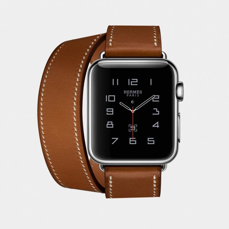 """Le designer britannique Jonathan Ive a dessiné l'iMac, le MacBook, l'iPod, l'iPhone, l'iPad et l'iWatch. En septembre dernier, l'Apple Watch Series 2 dévoilait ses nouvelles fonctionnalités (étanchéité, GPS intégré, processeur plus rapide…), mais aussi de nouveaux atours: pour ladeuxième année consécutive, Hermès s'yassocie pour proposer des bracelets encuir fabriqués main et des cadrans exclusifs inspirés par les montres Clipper, Cape Cod et Espace.<em>Apple Watch Hermès, Apple et Hermès, boîtier 38 mm ou 42 mm, àpd 1349€,<br /><a href=""""http://www.apple.com"""">www.apple.com</a> et <a href=""""http://www.hermes.com"""">www.hermes.com</a></em>"""
