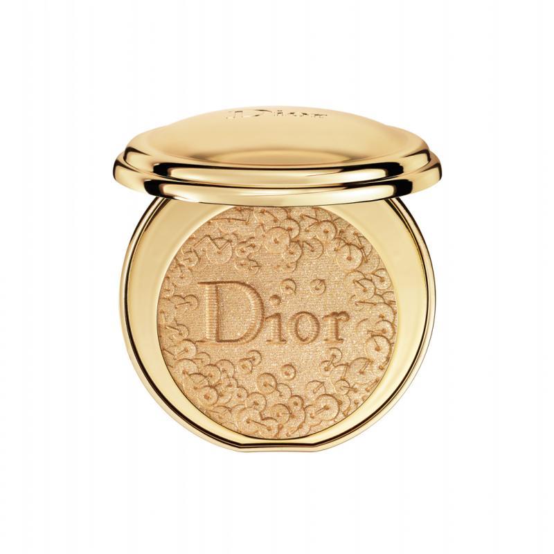Peter Philips, directeur de la création et de l'image du maquillage Dior, rend hommage aux ateliers couture de la griffe, avec ce poudrier sculpté de paillettes qui déposent quelques éclats d'or à fleur de peau.<strong>Poudrier Diorific Splendor, </strong>en édition limitée, <em>Dior, </em>75,50€, en parfumeries.