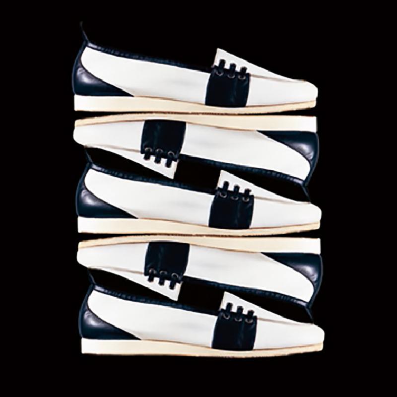 Quand, dans les seventies, les hommes ont arrêté de porter une chemisette sous leur chemise et ont adopté un look plus décontracté, Renzo Rossetti a proposé un modèle de mocassin dont le cuir intérieur était remplacé par de la toile: le Yacht était né, qu'on pouvait porter pieds nus.