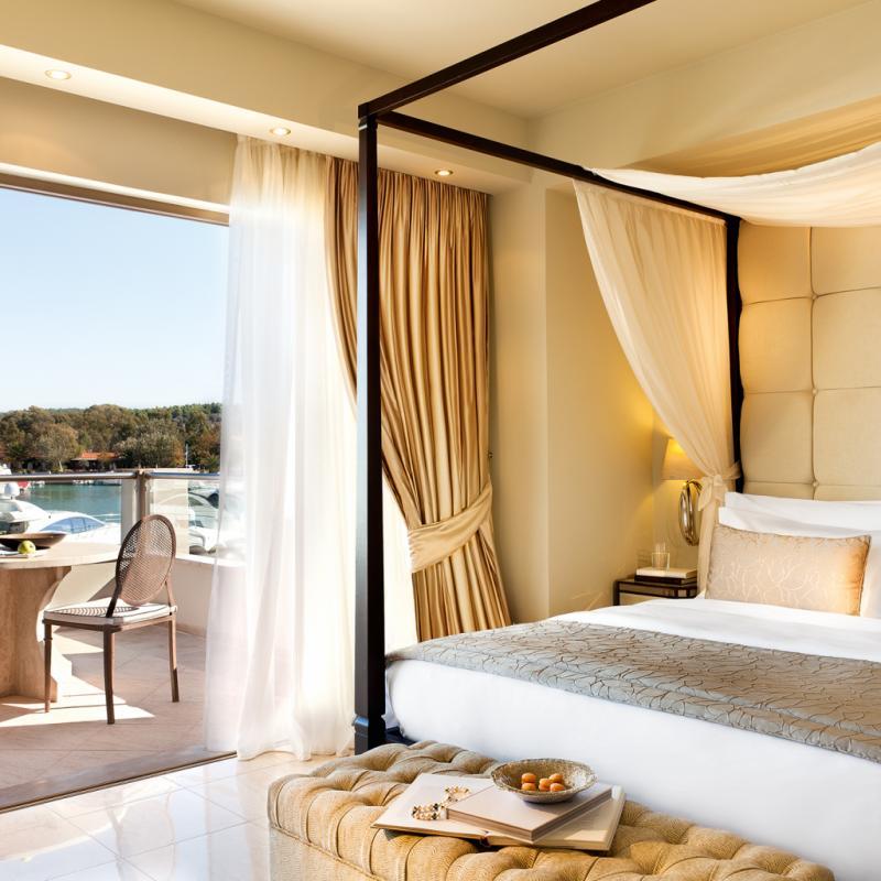 """Ici, c'est le luxe classique face à la beauté des paysages. Sani Resort, situé dans la Péninsule de Kassandra, près de Thessalonique, au Nord de la Grèce, réunit un ensemble de quatre hôtels cinq étoiles, onze kilomètres de plage et une marina privée. Entre autres. Alors on la joue en majesté avec fauteuils capitonnés, lits à baldaquin et drapés ou détails précieux. Tout ça dans des camaïeux qui répondent à ce qui se passe dehors: beige sable et bleu du ciel.<em>63077 Kassandra, Chalkidique, Grèce,T. +30 23740 99500, <a href=""""http://www.saniresort.gr"""">www.saniresort.gr</a></em>"""