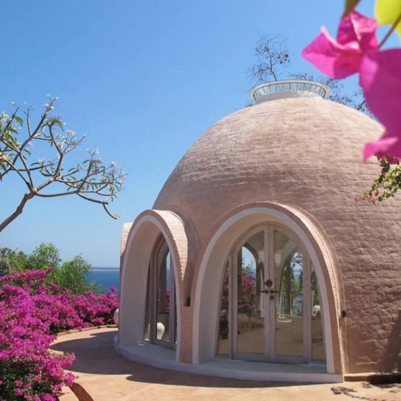Ce dôme idyllique construit sur deux étages dispose d'un grand lit rond king-size, d'une télévision, d'une cuisine ainsi que d'une salle de bain avec douches en plein air, donnant sur les magnifiques piscines de la propriété.