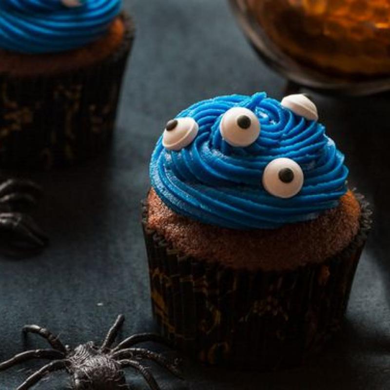 """&nbsp;<strong>Ingr&eacute;dients</strong> pour les cupcakes : 80g de beurre, 130g de chocolat noir, 100g sucre de semoule, 2 oeufs, 50g de farine. <em>Retrouvez la recette et les ingr&eacute;dients accompagnant au complet </em><a href=""""https://cuisine-addict.com/cupcakes-au-chocolat-aux-yeux/""""><em>ici</em>&nbsp;</a>"""
