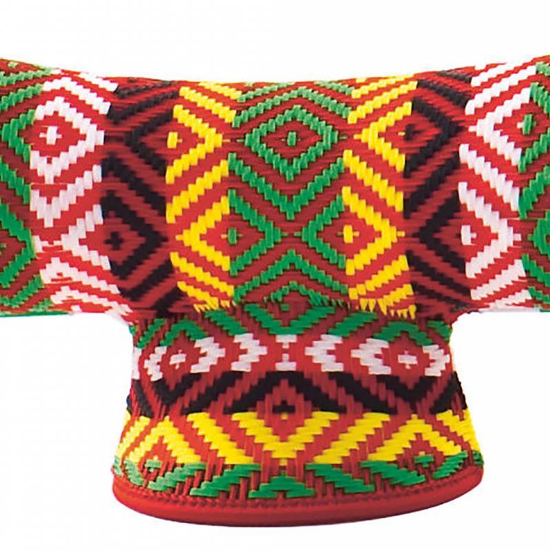 """« M'Afrique », tabouret en plastique tressé, 516 €. Patricia Urquiola pour Moroso chez Made in design. <a href=""""http://www.madeindesign.com"""">www.madeindesign.com</a>."""