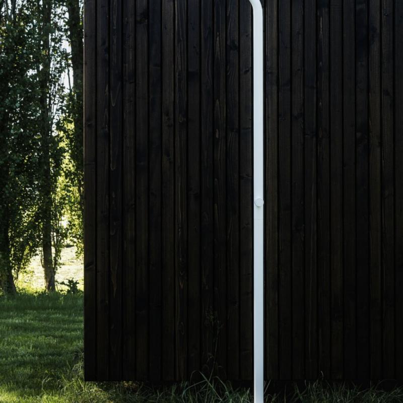 La douche extérieure Levantine est un produit architectural conçu pour structurer une terrasse ou un jardin