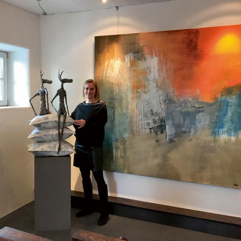 Galeriste aguerrie, Audrey a fini par envisager sa maison comme un espace hybride : galerie d'art, mais aussi table et chambres d'hôtes dédiées tant aux artistes qu'aux visiteurs et clients.