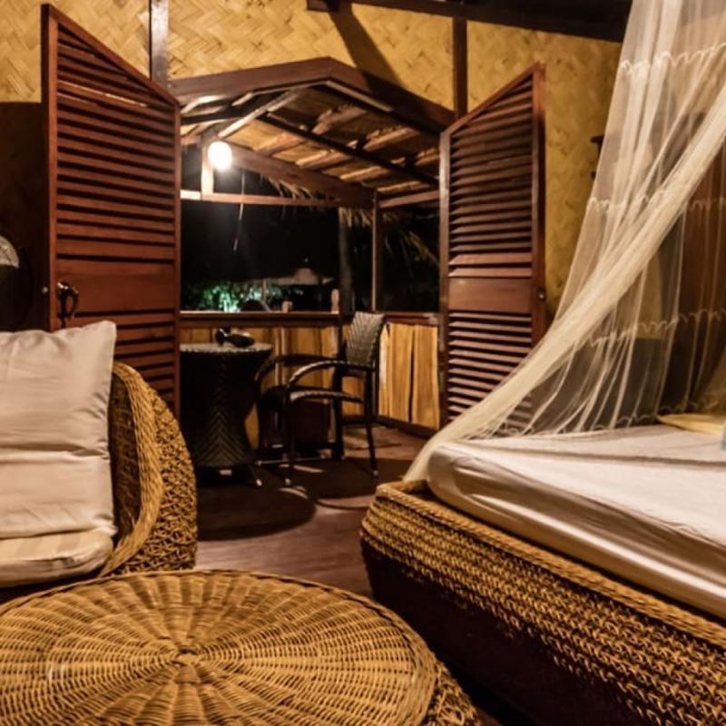 Cet espace de 8.000 mètres carrés se compose de trois bungalows spacieux, tous fabriqués à partir de bois et de bambous. La cabane dans l'arbre construite dans un manguier de 100 ans offre une vue imprenable sur la baie d'El Nido où les plus sportifs pourront s'adonner au kayak, au paddle et à la plongée.