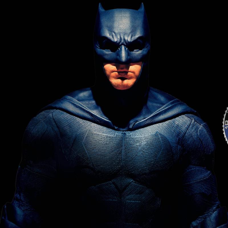 """À la base créée pour un usage professionnel, elle a vite trouvé son public parmi les globe-trotters. Robuste, cosmopolite et plutôt chic, elle doit son surnom de """"Batman"""" à sa lunette bicolore bleu et noir qui rappelle les couleurs de la tenue du superhéros de Gotham City, mais version vintage. Depuis sa sortie en 2013, elle suscite fortement l'engouement et la demande est nettement supérieure à l'offre."""