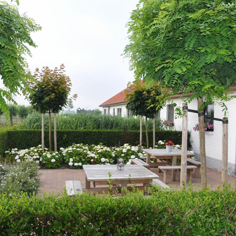 """LE KNOTWILGENHOEVE Située à Ramskapelle, un petit village jouxtant Knokke, cette ancienne ferme reconvertie en B&B s'apparente à un petit paradis. À vélo (vous pouvez en louer sur place), vous rejoignez la digue, mais aussi Bruges ou Damme en quelques coups de pédale. Chambre à partir de 100 € la nuit. 44 Jonckheerestraat. T. 050.51.54.55. <a href=""""http://www.knotwilgenhoeve.be"""">www.knotwilgenhoeve.be</a>."""