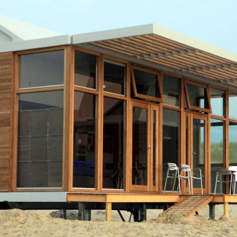 """INSOLITE Aux Pays-Bas, au cœur du petit village de Cadzand-Bad, à quelques minutes de Knokke à vélo, un concept de logements décalé fait le buzz. Depuis 2016, quinze petites maisons en bois design pouvant accueillir jusqu'à six personnes sont installées sur la plage, face à la mer. À partir d'environ 380 € les deux nuits en basse saison. <a href=""""http://www.molecaten.nl"""">www.molecaten.nl</a>"""