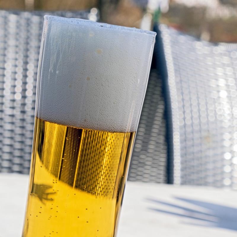 """Ce n'est pas pour rien qu'elle est la responsable du fameux """"ventre à bière"""". De par son faible degré d'alcool (environ 5°), elle est par comparaison moins calorique que le vin (12,5°) pour une même quantité de liquide. Le problème ? Un verre de bière est toujours plus grand qu'un verre à vin. Quitte à boire de la bière, privilégiez alors plutôt la bière blanche qui est moins alcoolisée et donc moins calorique."""