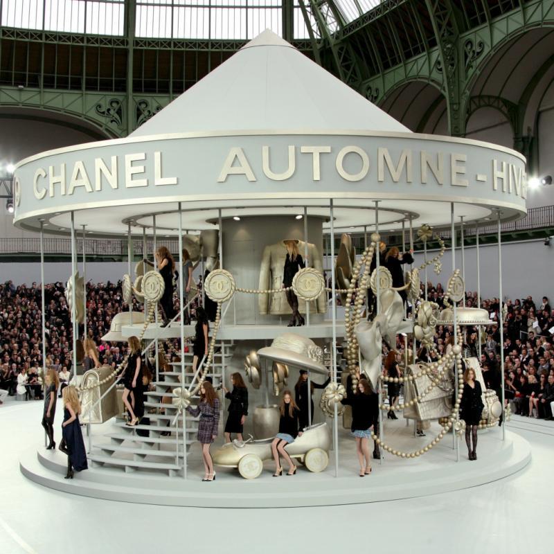 Le manège Chanel placé sous la verrière du Grand Palais de Paris animait la foule en 2008. Les chevaux en bois normalement présent dans ce genre d'attraction était remplacés par de gigantesques objets phares de la marque.