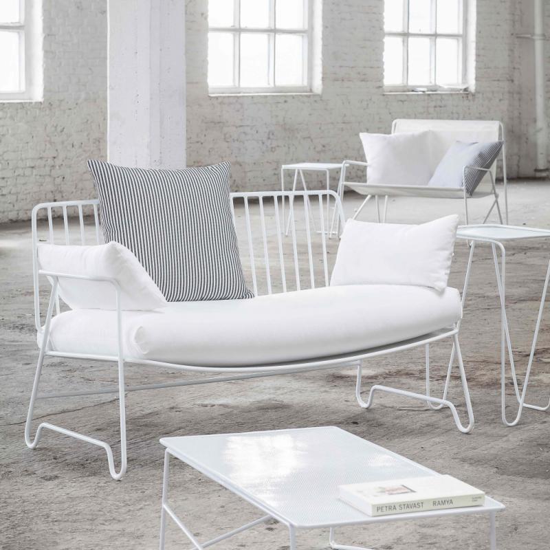 """Sofa lounge en aluminium laqué (131 x 71&nbsp;cm), 820,40&nbsp;€; table basse (90 x 45&nbsp;cm), 319,45&nbsp;€. Paola Navone pour Serax. <a href=""""http://www.serax.com"""">www.serax.com</a>."""