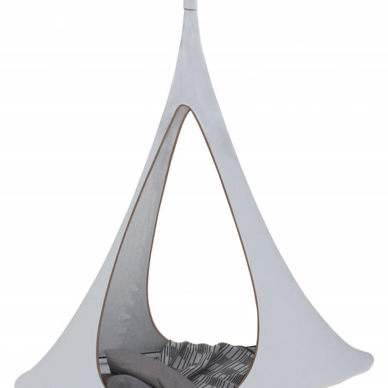 """Songo, fauteuil suspendu (diamètre: 194cm) en polyester et aluminium anodisé, 449€. Cacoon chez Made in design. <a href=""""http://www.cacoonworld.com"""">www.cacoonworld.com</a> et <a href=""""http://www.madeindesign.com"""">www.madeindesign.com</a>."""