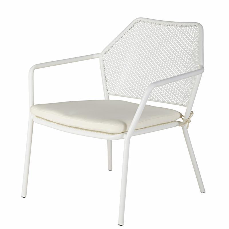 """Maldives, chaise de jardin empilable en métal avec coussin blanc, 99,99&nbsp;€. Maisons du Monde. <a href=""""http://www.maisonsdumonde.com"""">www.maisonsdumonde.com</a>."""