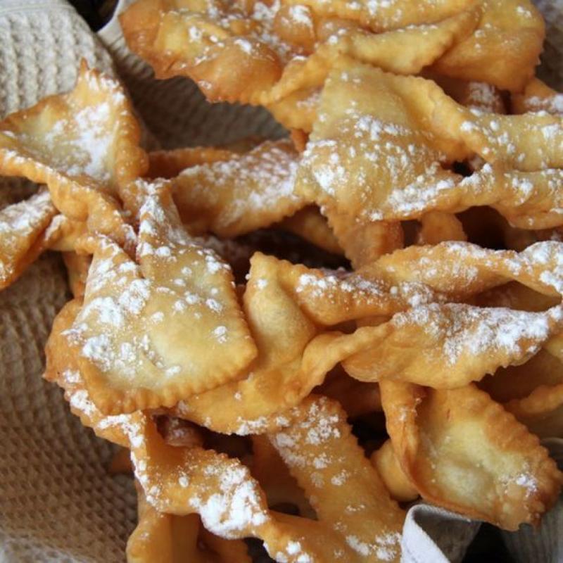 Ingrédients : 400 g de farine - 3 oeufs - 1 sachet de levure chimique - 60 g de beurre - 25 cl de lait - 1 cuil. à soupe de fleur d'oranger - sucre glace - huile. Préparation : Dans un grand saladier, ajoutez la farine, la levure, le sucre, les oeufs et la fleur d'oranger. Mélangez le tout à l'aide d'une spatule en bois et pendant ce temps, faites fondre le beurre avec le lait. Une fois le mélange fondu, incorporez-le à votre préparation et mélangez jusqu'à obtenir une pâte qui ne colle pas. Etalez la pâte en laissant une épaisseur d'environ 5 mm et découpez des bandes, puis des losanges. Pour obtenir la forme désirée, faites une entaille au centre. Faites-les cuire dans une huile bien chaude et puis, saupoudrez-les de sucre glace.