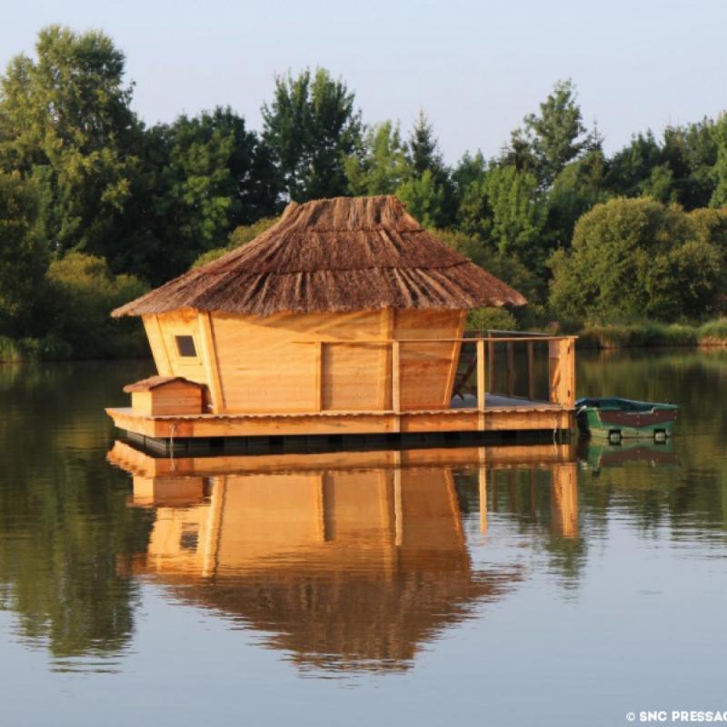 """à partir de 109€ la nuit. <a href=""""http://www.village-flottant-pressac.com/"""" target=""""_blank"""">http://www.village-flottant-pressac.com/</a>"""