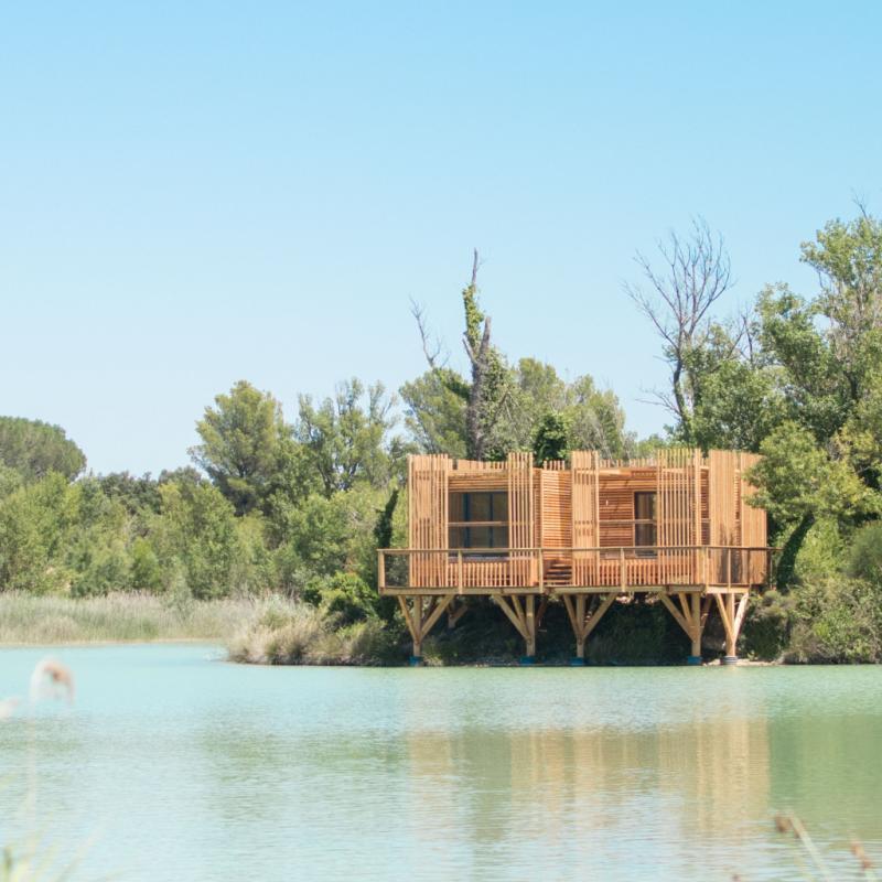 """Au cœur du vignoble de Châteauneuf-du-Pape, les&nbsp;Cabanes des Grands Cépages Coucoo&nbsp;proposent un dépaysement total. Chacune des&nbsp;15 cabanes&nbsp;propose une ambiance différente dans le cadre naturel du lac de la Lionne. Ici, on vient pour une déconnexion totale car, à part le bâtiment principal, il n'y a ici pas de connexion wifi. L'éco-cabane Utopie, 100% autonome. Posée au milieu du lac, elle est accessible uniquement en barque.&nbsp;<em><a href=""""http://www.cabanesdesgrandscepages.com"""">www.cabanesdesgrandscepages.com</a>.</em>"""