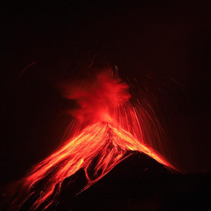 Jamais auparavant je n'avais vu une telle éruption d'un volcan tout en me sentant en en sécurité. Marcher pendant plus de 5 heures à près de 3900 mètres d'altitude avec des vêtements froids, de la nourriture, 5 litres d'eau et un trépied, était épuisant, mais chaque étape en valait la peine. PHOTOGRAPHIE DE JEFFRY ARGUEDAS.