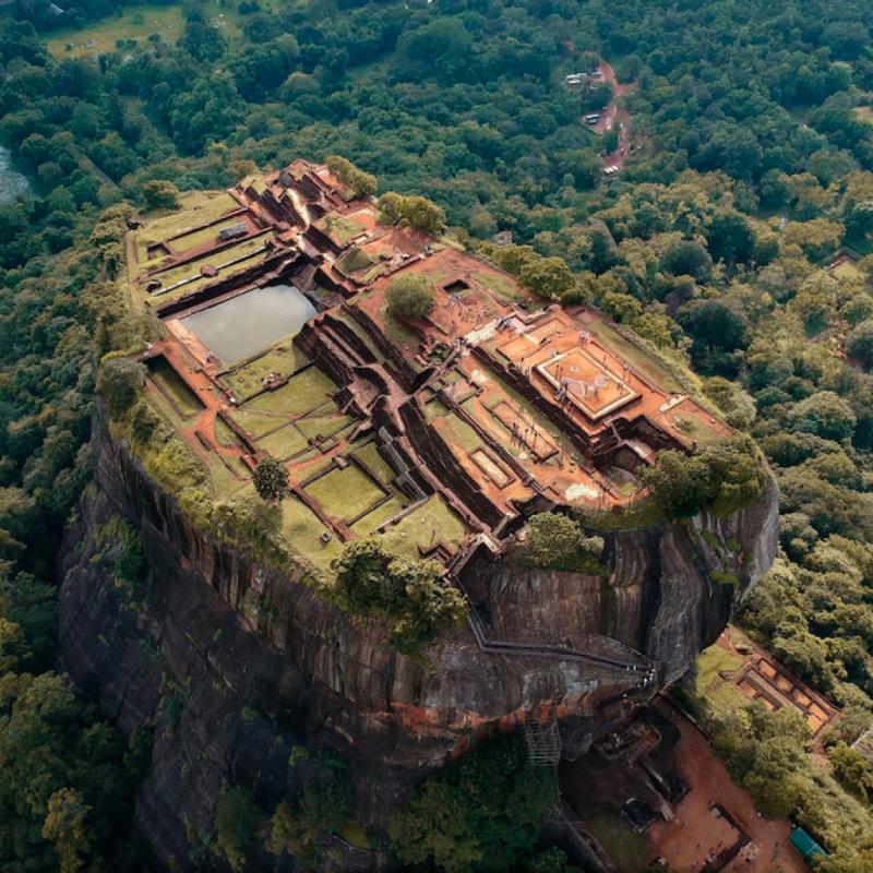 Une ancienne forteresse de roche classée au patrimoine mondial de l'UNESCO. Situé à Sigiriya, au Sri Lanka, le lion rock est une destination incroyable, avec des ruines parsemées de vieux jardins et de fontaines. Une escalade vertigineuse de près de 2000 marches est nécessaire pour arriver à son sommet. PHOTOGRAPHIE DE AJITH MAHEW.