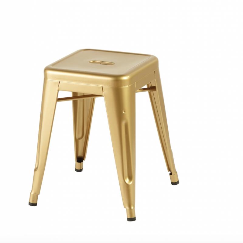 """Empilable, en 100 % acier recyclable et peinture dorée sans plomb. 18 finitions. Modèle Tolix, L et P 31/48 x H 45 cm. Chez Persona Grata, 169 €. <a href=""""http://www.persona-grata.com"""">www.persona-grata.com</a>"""