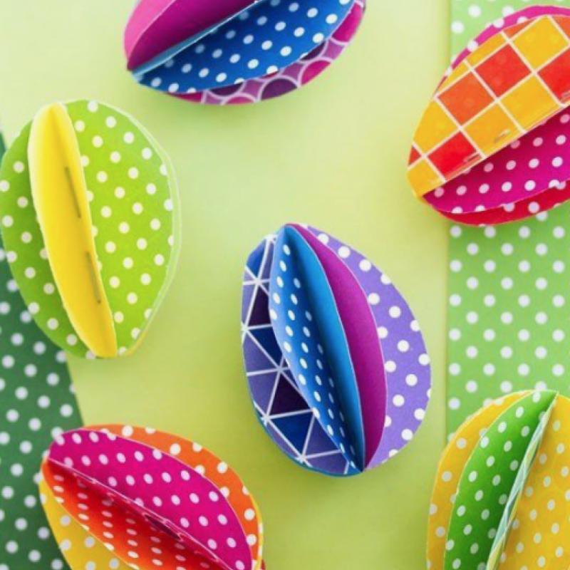 Avec de simples feuilles de papier, il est déjà possible de faire de petites réalisations qui ne vous rendront pas peu fiers. Pour créer des œufs de Pâques en suspension, découpez plusieurs ronds de tailles différentes et assemblez-les ensuite par ordre décroissant. De manière à créer cet effet « millefeuille ». Pliez-les au milieu dans le sens de la longueur et faites un point de couture pour les assembler.