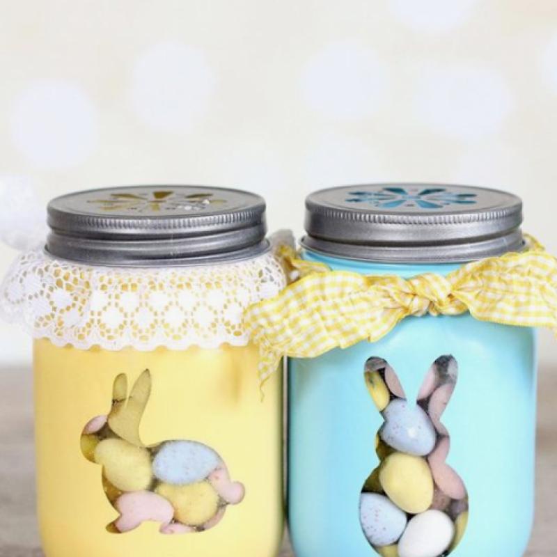 Glissez vos petits œufs en chocolat, lapins en chocolat et autres gourmandises de Pâques dans vos pots en verre et disposez-les sur le centre de votre table. Pour faire plus joli, n'hésitez pas à alterner la taille des pots. Ajoutez des étiquettes avec le nom de vos convives sur les pots de manière à ce que chacun puisse repartir avec son pot en fin de repas. Une petite attention qui aura son petit effet.