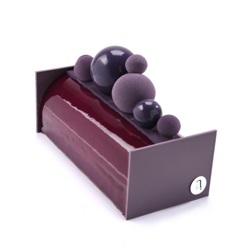 """Mousse de cassis, coulis de cassis, vanille crémeuse, biscuit d'amandes et crème d'amandes. À partir 22,20 € (4 p.) <a href=""""http://www.joostarijs.be"""">www.joostarijs.be</a>"""