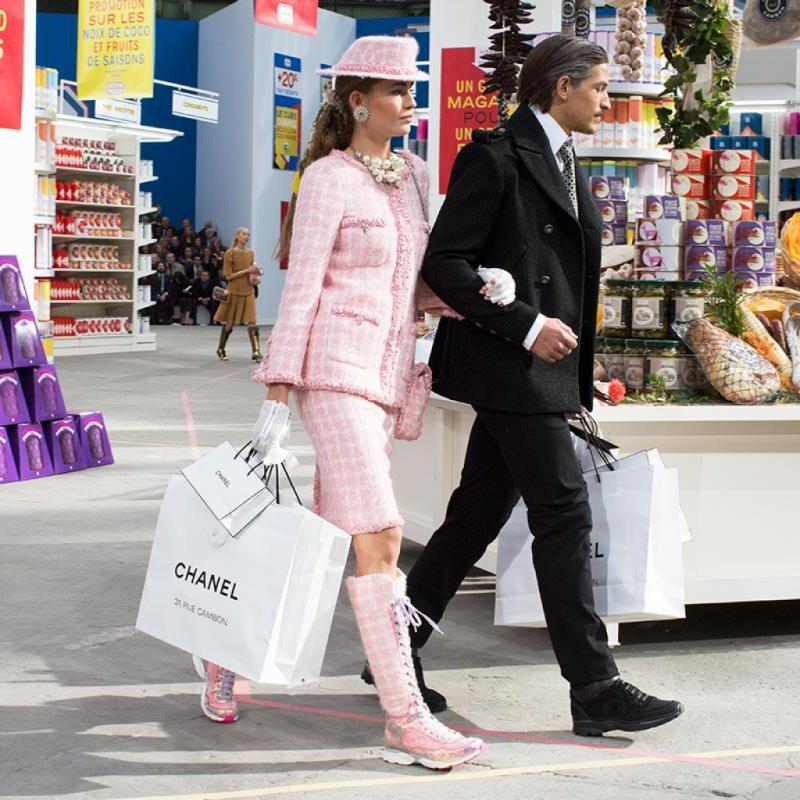 Notre coup de cœur, lors d'une Fashion Week prêt-à-porter de Paris, Karl faisait défiler ses mannequins dans un supermarché éphémère. Un décor spectaculaire et surprenant à la fois.