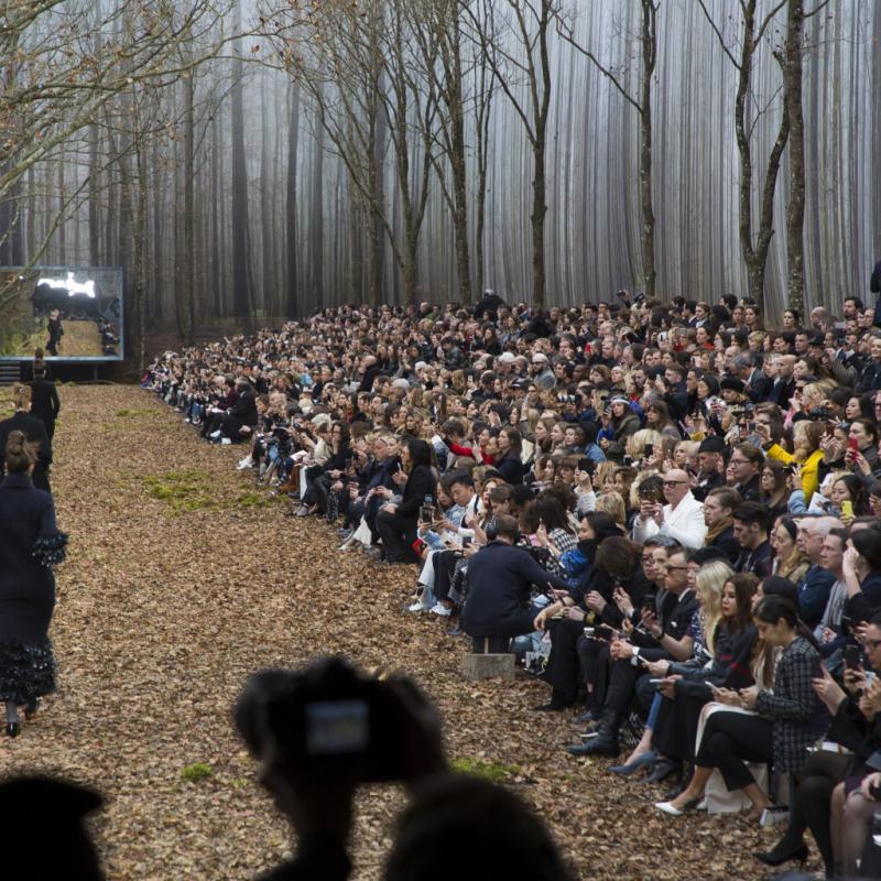 Karl Lagerfeld n'a jamais manqué d'originalité pour ses défilés. En 2008, il proposait un décor hallucinant. En effet, les mannequins défilaient dans une forêt aménagée sous la verrière du Grand Palais de Paris. Un décor qui avait d'ailleurs fait polémique à l'époque.