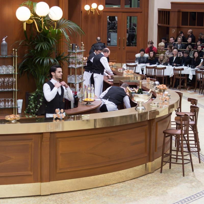 En 2015, la brasserie Gabrielle ouvrait ses portes. Jean-Baptiste Giabiconi habillé en garçon de café tenait le bar pendant que Cara Delevingne prenait la pause, tout cela sous les yeux des spectateurs attablés dans les gradins.