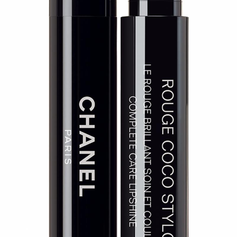 Grâce à sa formule hybride, est aussi intense qu'un rouge à lèvres, aussi brillant qu'un gloss et aussi confortable qu'un baume. 36€.