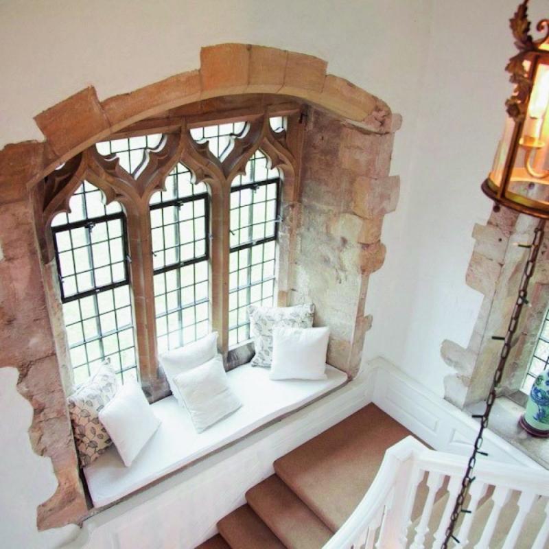 Il y a la chambre rose aux murs poudrés et au large lit à baldaquin. La salle de bains marocaine, moderne et inspirée. L'arrière-cuisine, aux hauts plafonds voûtés. La salle à manger, pièce-maîtresse qui peut accueillir plusieurs dizaines de convives. Le Château de Butley Priory, dans le comté de Suffolk, est un joyau d'Histoire. On s'y voitdéambuler entre les murs de pierre, à la façon des dames et chevaliersd'antan pour explorer chacun de ses précieuxrecoins. Il ne suffirait que d'une douce brise d'été anglaise pour qu'on vienne ycélébrer son mariage. Après tout, il y a bien assez d'espace pour y organiser une cérémonie de conte de fées…<em><strong>Butley Abbey, Grande-Bretagne. À partir de48€/nuit/personne.</strong></em>