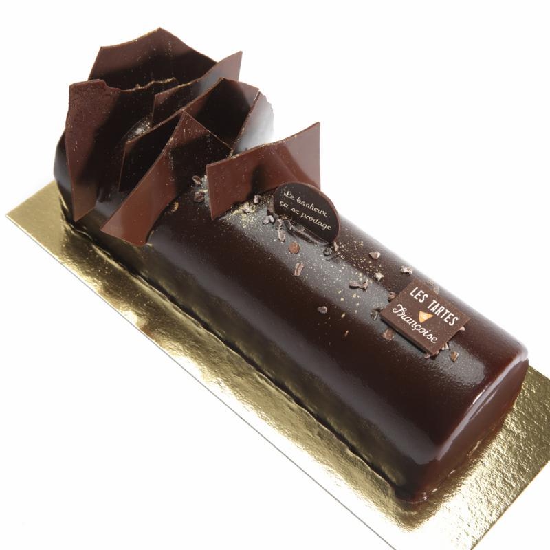 """Mousse légère au chocolat noir, cœur crémeux à la vanille bourbon, croustillant praliné et glaçage miroir au chocolat. Génoise au cacao. À partir de 20 € (4 p.). <a href=""""http://www.tartes.be/"""">http://www.tartes.be/</a>."""