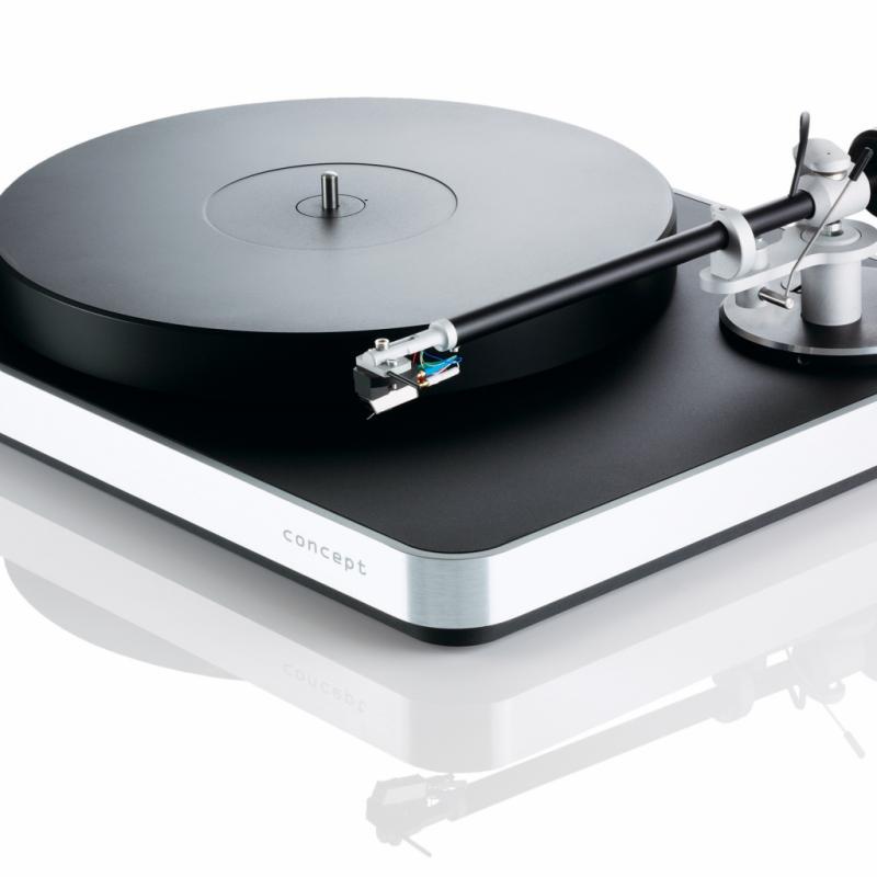 La Clearaudio Concept MM Silver s'adresse essentiellement aux audiophiles désireux d'écouter des vinyles sans passer par les réglages complexes inhérents aux platines traditionnelles. Capable de lire 33, 45 et 78 tours, elle surprend pas sa musicalité et sa justesse.