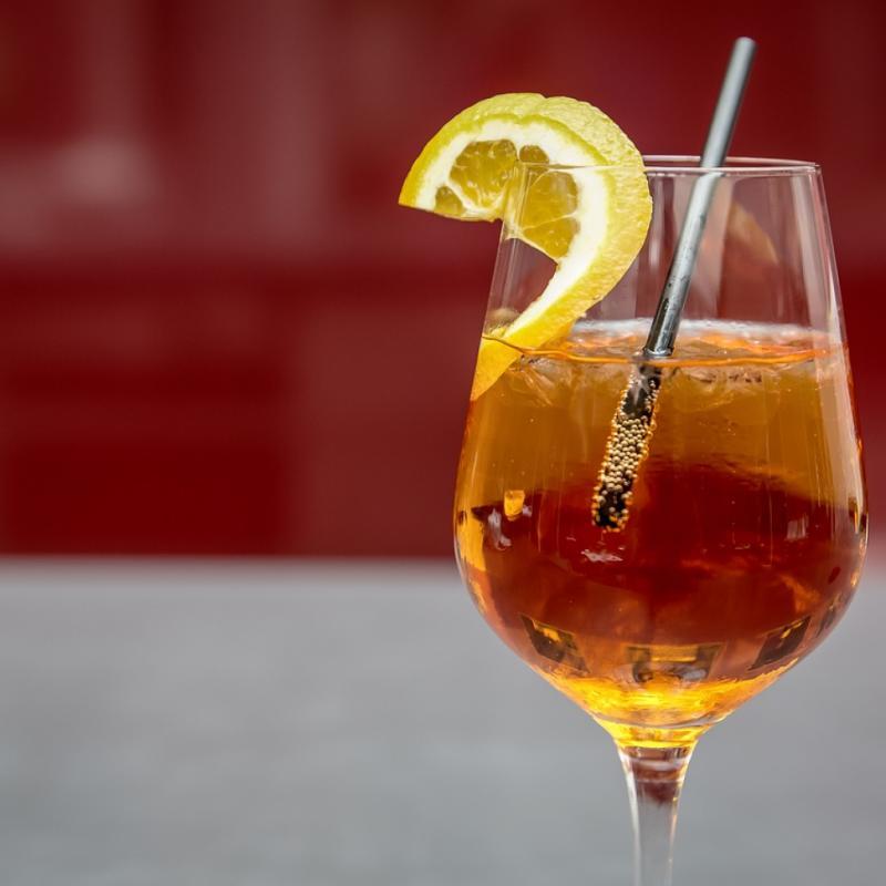 Star de l'été depuis plusieurs saisons, ce cocktail est presque devenu un allié minceur depuis que l'on sait qu'il est bien moins calorique que certains autres cocktails dont on raffole, notamment le Cosmopolitan ou le Mimosa. S'il est donc l'apéritif estival par excellence, on le consomme avec modération bien sûr.