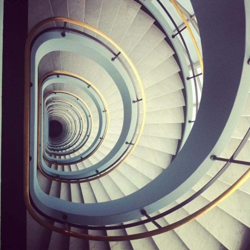 Rénovée en 2009, cette ancienne tour de l'usine Alcatel Bell dressée sur 12 étages abrite des escaliers symétriques donnant l'illusion d'être sans fin. De quoi faire tourner la tête de vos plus fidèles abonnés ! © Instagram : coenen