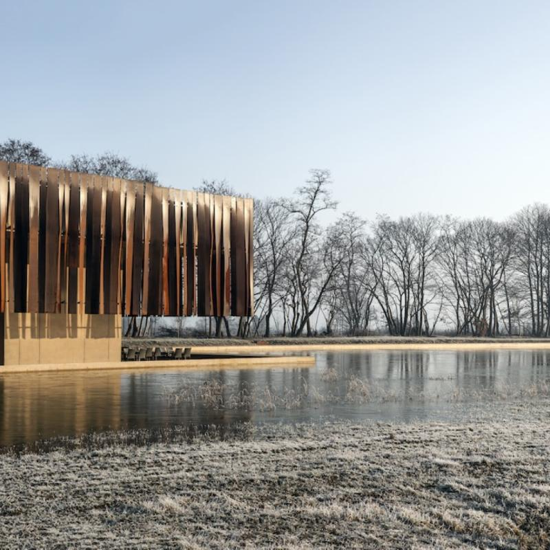 Le bureau d'architectes gantois Coussée & Goris a emporté la première place dans la catégorie « Industry » avec son élégant projet du Crématorium à Holsbeek.