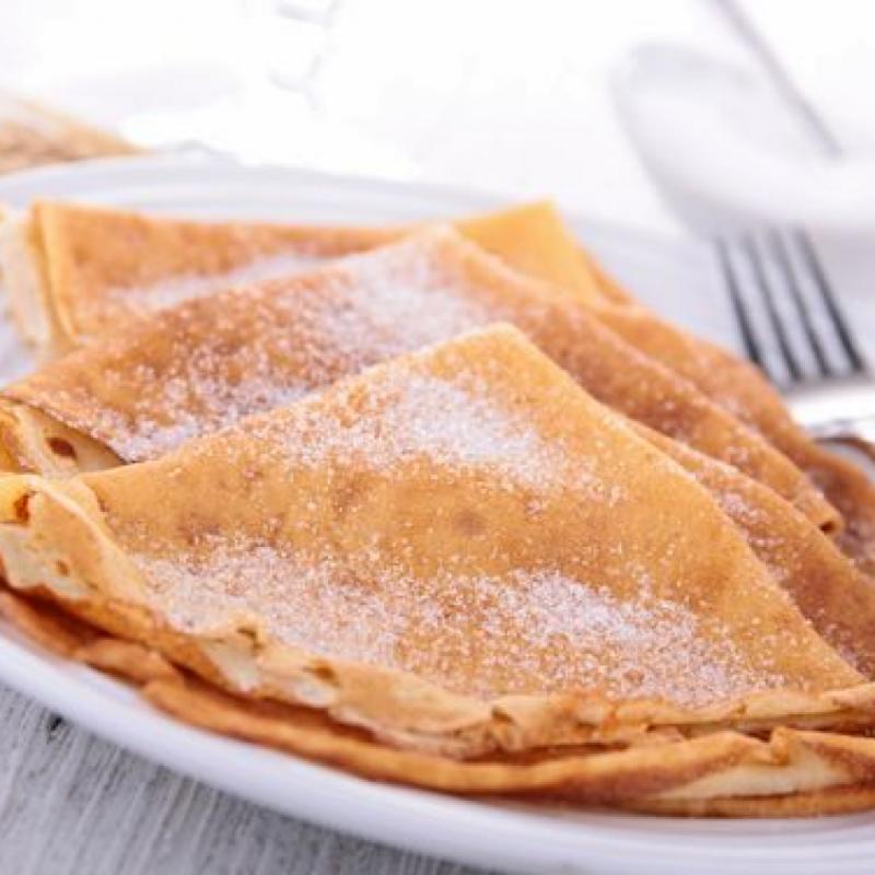 Ingrédients : 500 g de farine - 6 oeufs - 1 l de lait - 1/2 cuil. à café de sel - 50 g de beurre fondu - 2 cuil. à soupe de sucre vanillé - 1 cuil. à soupe de rhum ambré - huile. Préparation : Faire fondre le beurre en micro-ondes et réservez. Dans un saladier, ajoutez la farine, les oeufs et peu à peu versez le lait. Ajoutez ensuite, le sel, le sucre vanillé et le rhum et enfin le beurre fondu. Mélangez le tout jusqu'à l'obtention d'une pâte bien lisse. Laissez ensuite reposer votre pâte pendant une heure. Il ne reste plus qu'à faire cuire vos crêpes.