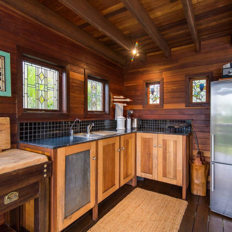 Cette maison dans les arbres aux allures pittoresques se dresse sur trois étages et dispose de tout le confort nécessaire : mixeur, cuisinière à gaz, télévision, radio... Le tout décoré avec goût grâce à des meubles écologiques et des objets recyclés.