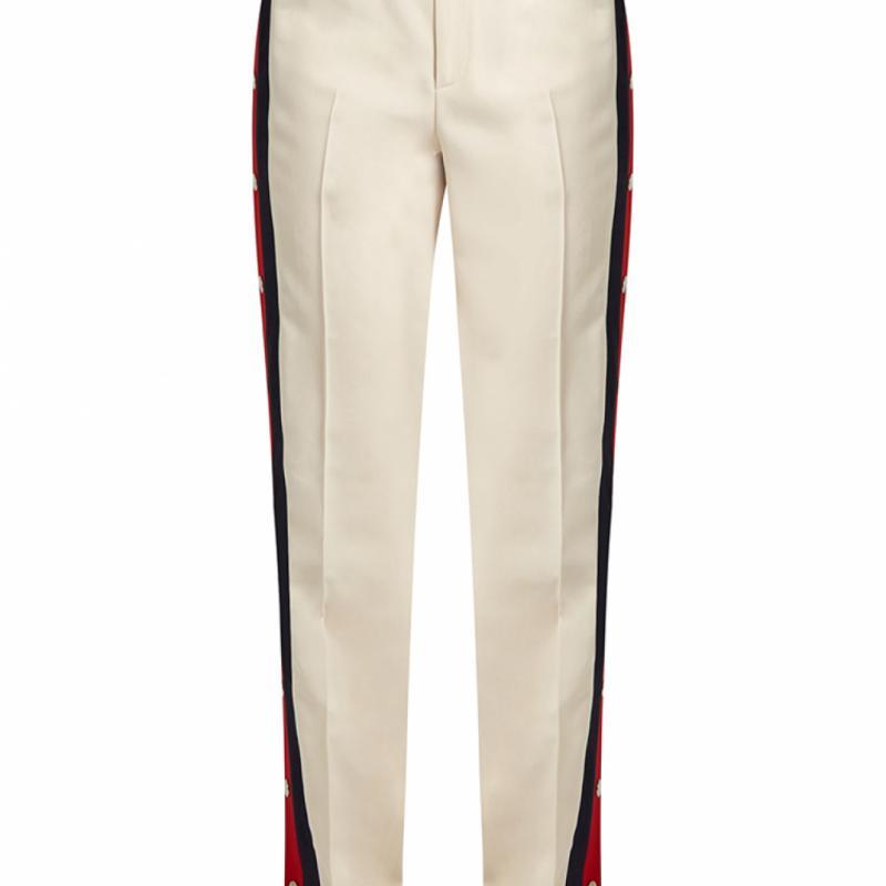 """Pantalon crème à bandes latérales Gucci, 1400€ sur <a href=""""http://www.matchesfashion.com/intl/"""" target=""""_blank"""">matchesfashion.com</a>"""