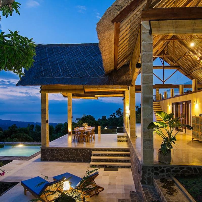 Surplombant l'une des dernières parties intactes de l'île, cette somptueuse villa aux deux grandes chambres avec salles de bain privatives, et sa splendide piscine à débordement, offre une vue imprenable sur la mer. Le paradis vous avez dit ?