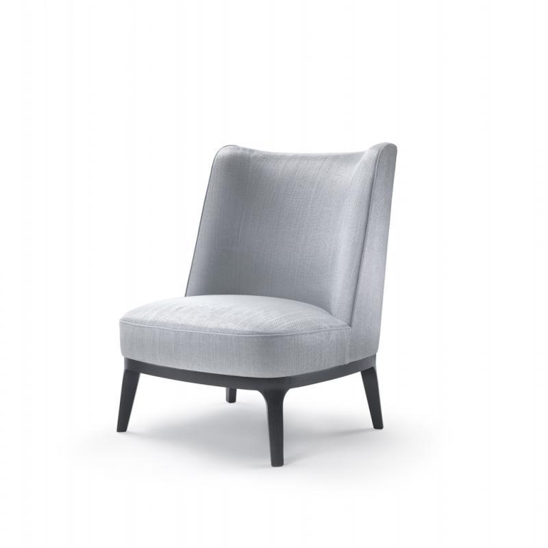 Ici encore Roberto Lazzeroni s'est inspiré du mobilier traditionnel pour une gamme de fauteuils à large dossier sans accoudoirs et aux pieds assez courts. Mais la pièce maîtresse de cette ligne est le banc revisité avec son dossier central, comme une sculpture ! Idéal pour les grands espaces d'accueil.